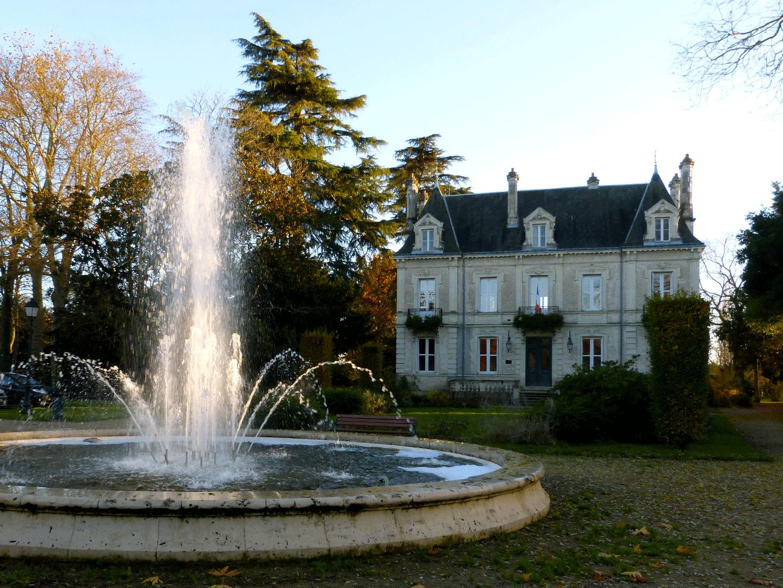 Mairie des Ormes et son jet d'eau